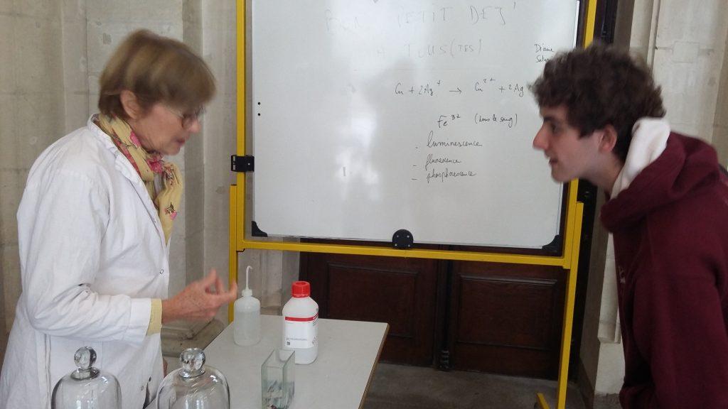 Une chimiste et un élève de Spéciale PC$